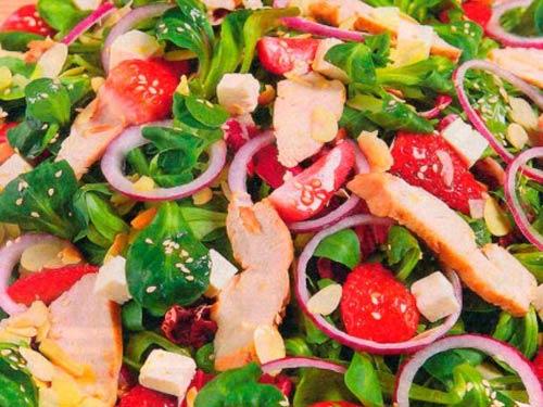 Салат с курицей и клубникой.