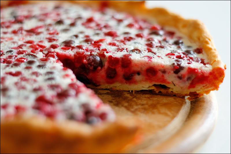 Пирог с творожной начинкой и брусникой.