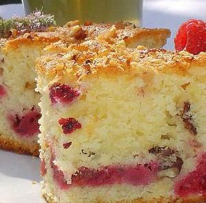 Творожный тарт с малиной и абрикосами.