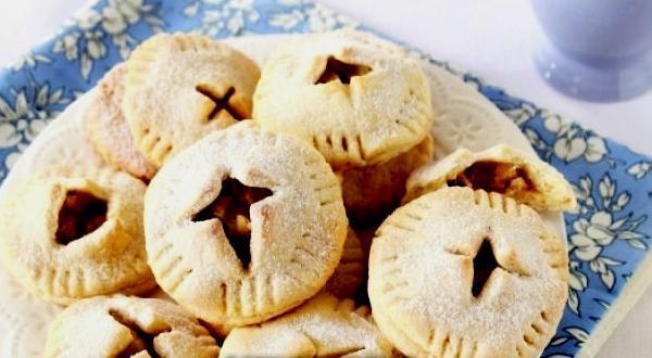Сладкий пирог с орехово-яблочной начинкой.