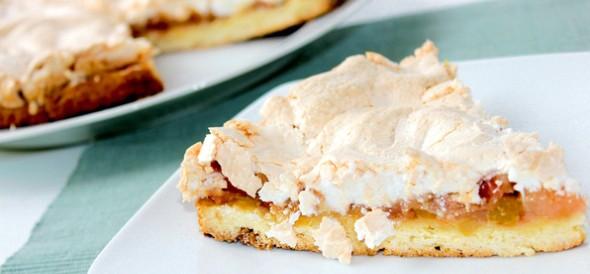 Рассыпчатый яблочный пирог с безе.