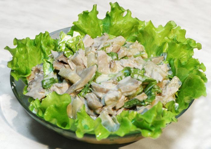 Салат из цыпленка с шампиньонами.