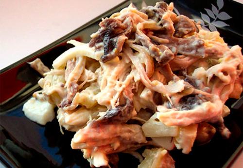 Салат с кальмарами и жареными грибами.