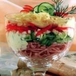 Салат с ветчиной и сыром.