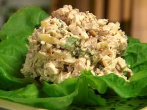 Салат рыбный с грибами.