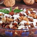 Салат с кальмарами и грибами в ореховом соусе.