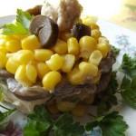 Салат из грибов и кукурузы.