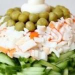 Салат из крабовых палочек с овощами.