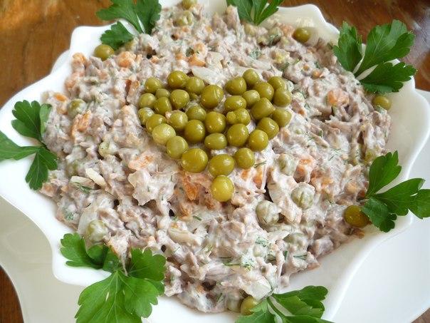 Салат с отварной говядиной и овощами.