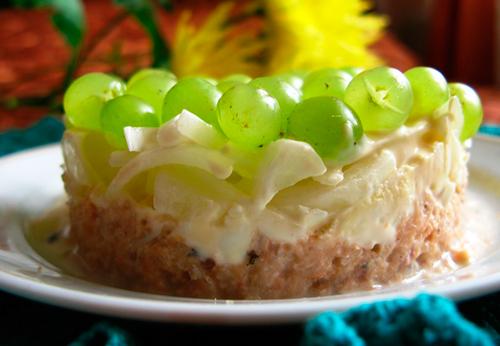 Салат с кедровыми орешками и виноградом.