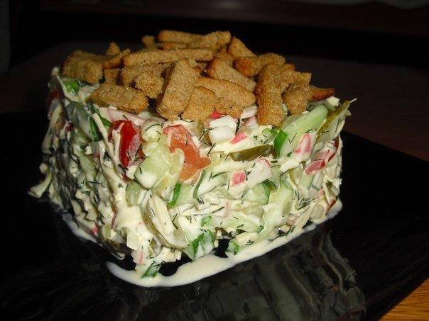 Салат «Праздничный» с ветчиной и сыром.