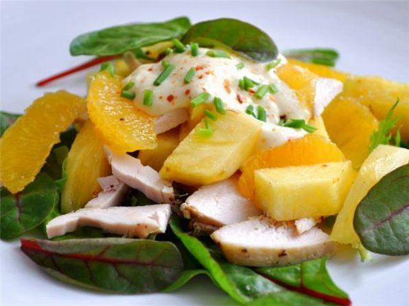 Салат с курицей, ананасами и карри.
