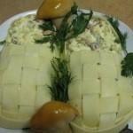 Салат с ананасами.