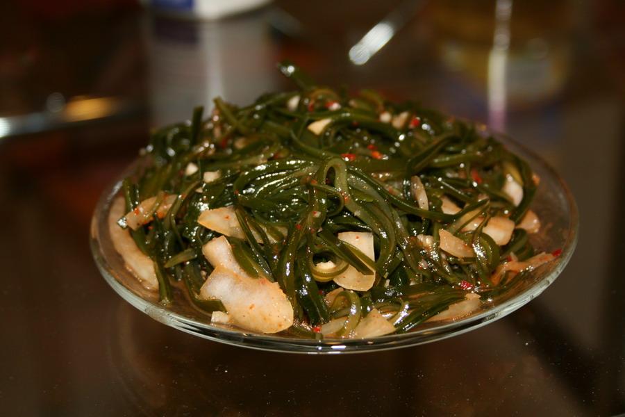 Рыбный салат с морской капустой.