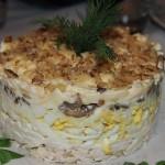 Салат с курицей, грибами и орехами.