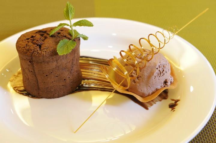 Шоколадный фондан с малиной.