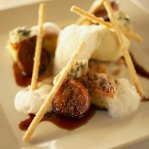 Печеный инжир с красным вином, орехами и маскарпоне.