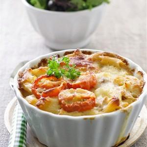 Макароны, запеченные с помидорами, под сыром.