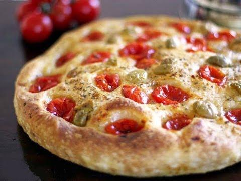 Фокачча с томатами, маслинами и сыром.