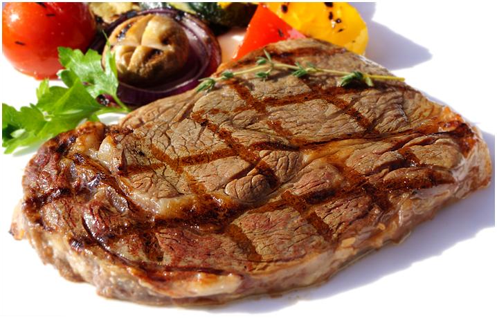 Рибай-стейк на гриле с перечным соусом.