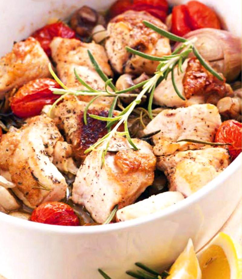 Куриная грудка в белом вине с овощами.