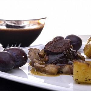 Свинина с шоколадом, черносливом, изюмом и корицей.