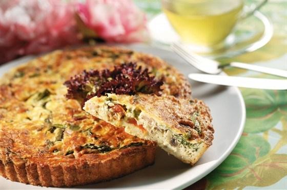 Слоеный пирог с зеленым горошком, беконом, пармезаном и зеленью.