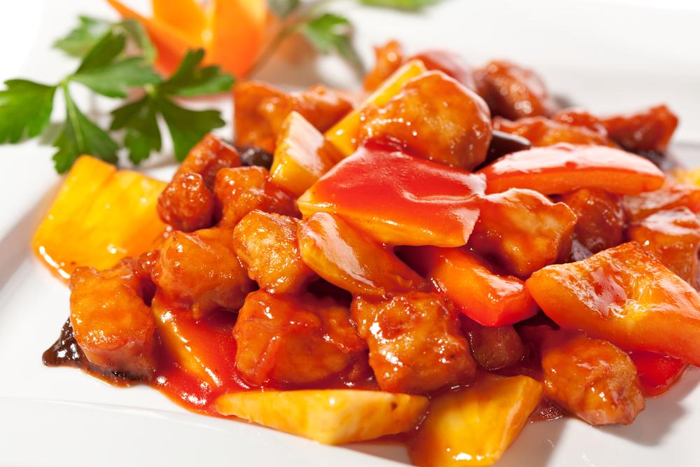 Курица в кисло-сладком соусе по‑китайски.