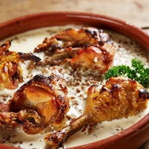 Куриное филе с соусом и гречкой.