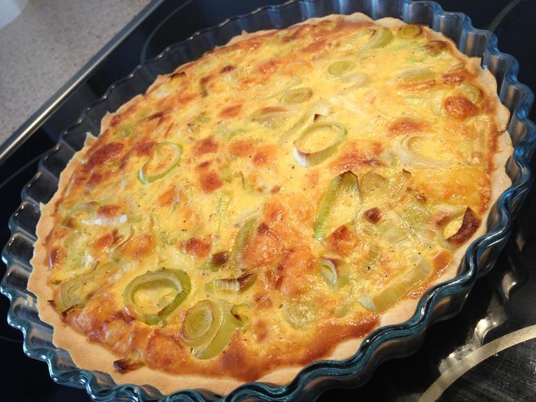 Открытый пирог с сыром и луком-пореем.