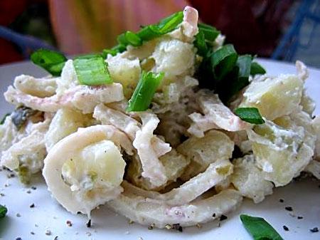 Салат из картофеля, лука и кальмаров.
