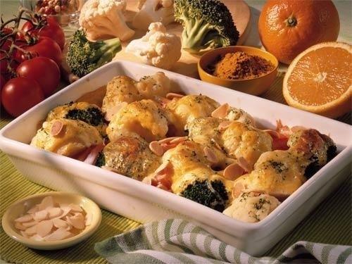 Цветная капуста и брокколи, запеченные под сливочным соусом.