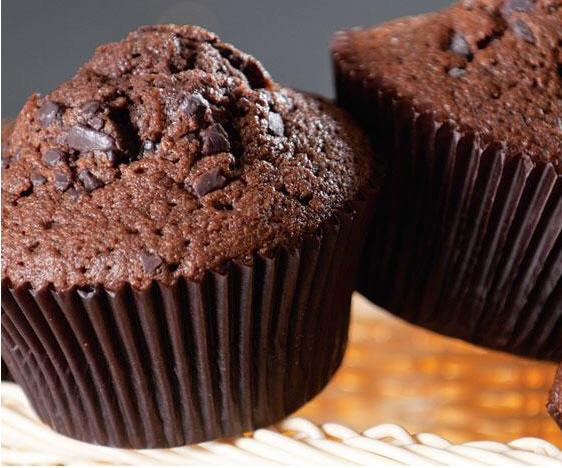 Шоколадные маффины с кусочками шоколада.