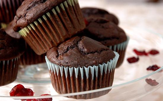 Шоколадные маффины с шоколадом и орешками.