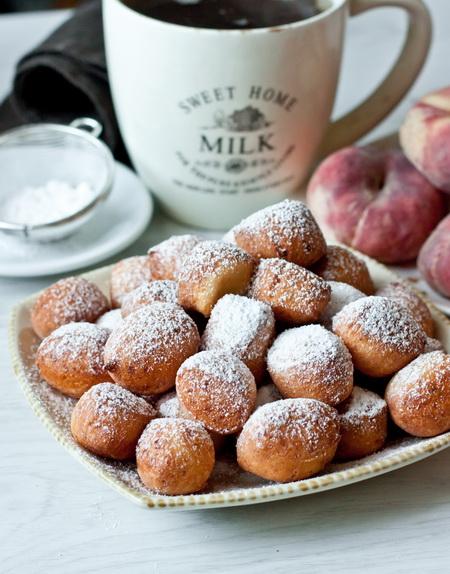 Творожные пончики в сахарной пудре.