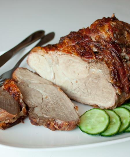 Запеченный свиной окорок.
