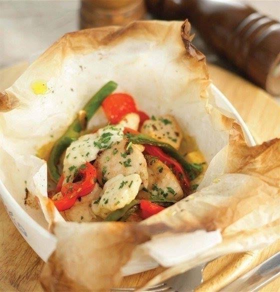 Куриная грудка в конверте, запеченная с овощами и сыром.