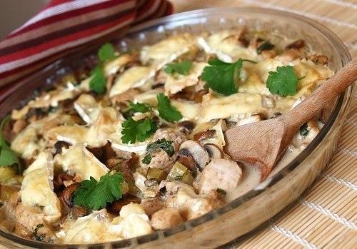 Куриное филе с шампиньонами в сливочном соусе.