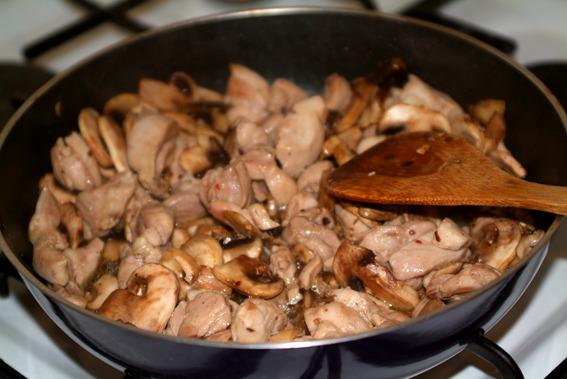 Курица со сметаной и грибами.