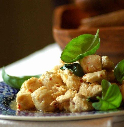 Куриное филе с базиликом и соевым соусом.