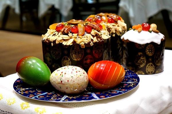 Пасхальный кулич с цукатами, орехами и шоколадной глазурью