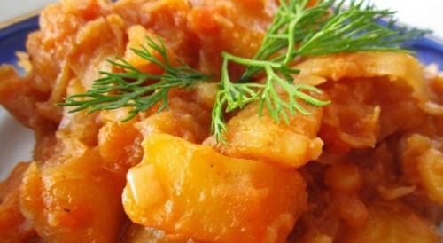 Тушеный картофель с тушенкой и зеленью