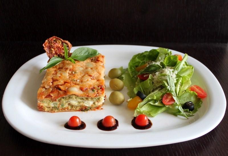 Лазанья с соусом бешамель, марсалой, пармезаном и луком-шалот