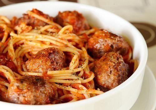 Спагетти в томатном соусе с мясными шариками