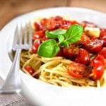 Макароны с помидорами и луком