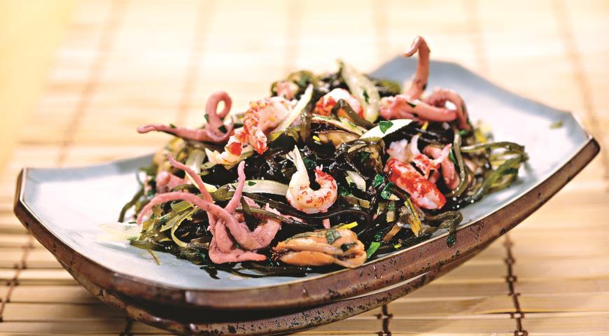 салат с морепродуктами с морской капустой