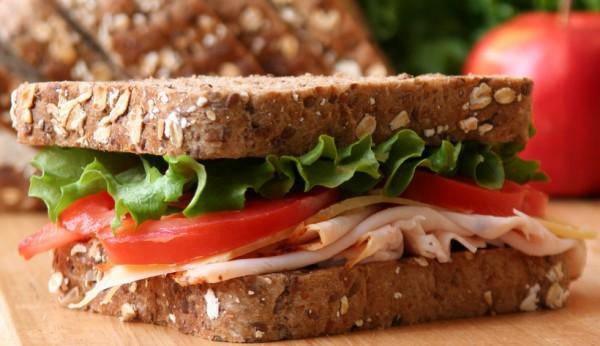 Сэндвич с беконом, салатом и томатами