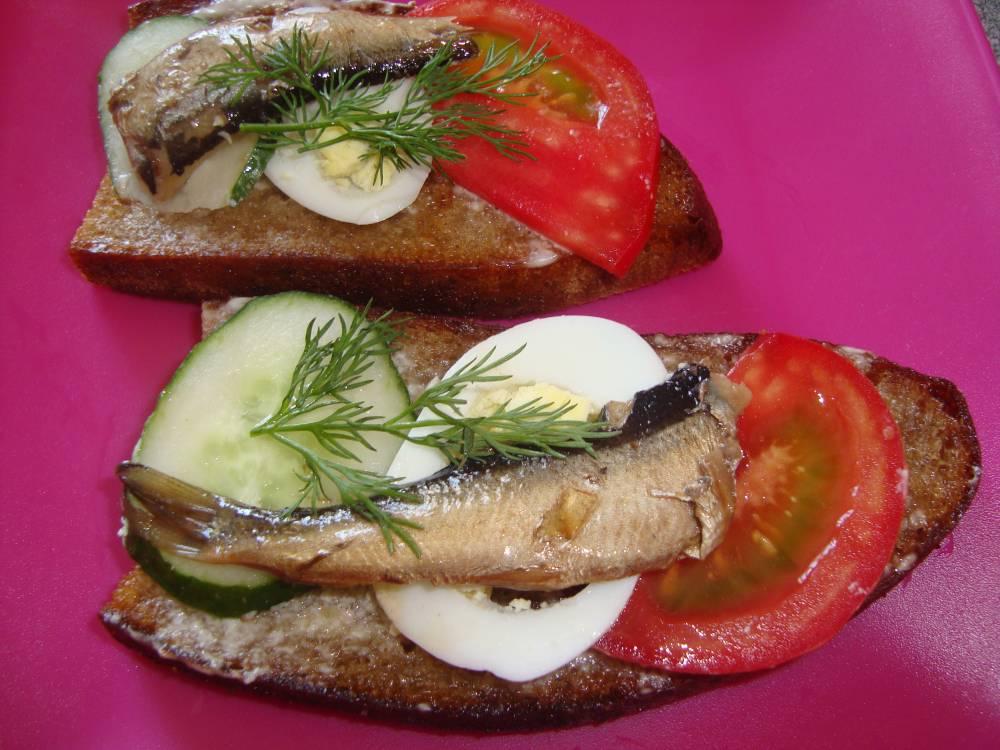 Бутерброды со шпротами, яйцом и помидорами