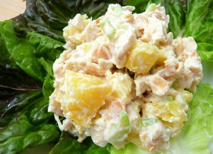 Салат из курицы с ананасами, грибами и сыром