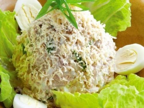 Салат с треской, луком, яйцом